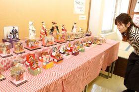 大小さまざまなサイズの和紙人形が並ぶ展示会=善通寺市文京町、市総合会館