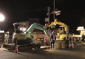 破損したとみられる水道管の工事のため、始まった作業=19日夜、和歌山市