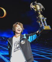 eスポーツの世界大会で優勝した「ふぇぐ」選手=16日夜、千葉市