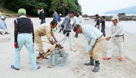 砂浜のごみを取り除く参加者=西海市大瀬戸町、尻久砂里海浜公園