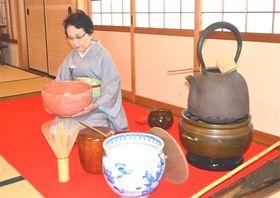 14年ぶりに復活する「如嶽祭」を前に、巨大茶道具を披露する鈴木さん=富士市の福應寺