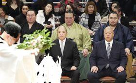 土俵祭りに出席した(後列左から)白鵬関、稀勢の里関、鶴竜関。前列左は八角理事長=12日、両国国技館