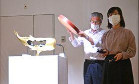 気に入った作品の印象を即興曲にしてグループで合奏する参加者たち=10月10日、九産大美術館