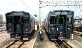 報道関係者に公開された近郊型交流電車「821系」(左)とハイブリッド車両「YC1系」=5日、福岡市博多区