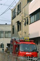 火災があった3階建ての住宅(中央)=21日午前10時15分、金沢市