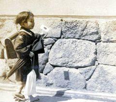 写っている女児を探している写真「戦前に法泉寺前を歩く子ども」(高松平和記念館提供)