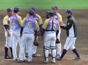マウンドに集まるBC神奈川の選手ら