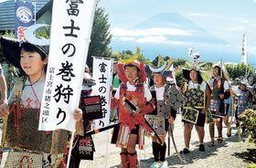 武士のいでたちで練り歩く児童=富士宮市猪之頭