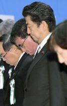 自衛隊殉職隊員追悼式で黙とうする安倍首相と河野防衛相(その奥)=13日午前10時11分、防衛省(代表撮影)