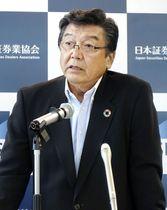 記者会見する日本証券業協会の鈴木茂晴会長=17日午後、東京都中央区