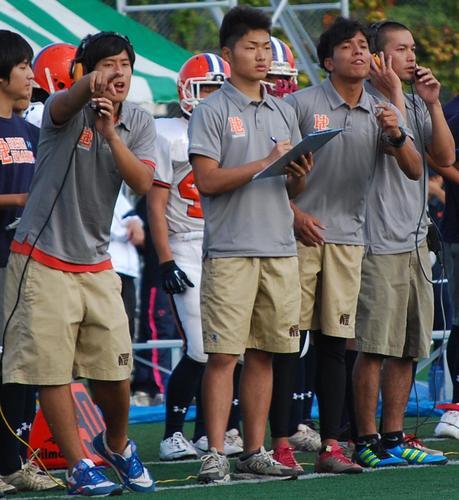 必死に選手に指示を出す、荻野DBコーチ(右から2人目)ら法政二高の大学生コーチたち=神奈川県大会決勝、8日、川崎球場