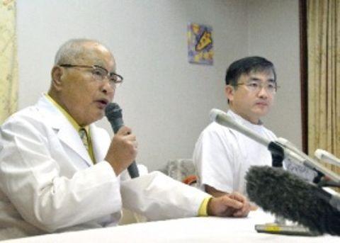 「内密出産」の受け入れの必要性を訴える慈恵病院の蓮田太二理事長(左)と蓮田健副院長=16日午前