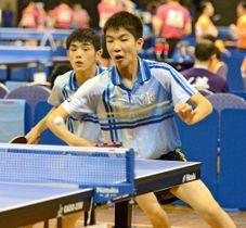 【卓球男子ダブルス3回戦】チキータで得点を狙う山本歩(手前)。奥は山本駿介=鹿児島アリーア
