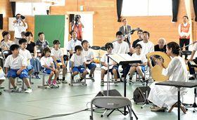 児童生徒らに美しい歌声を披露する木村さん(右)