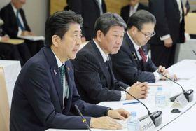 経済財政諮問会議で発言する安倍首相(左)=20日午後、首相官邸