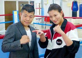 ボクシング女子の高野人母美(右)のトレーナーに就任した亀田興毅氏=21日、東京都内