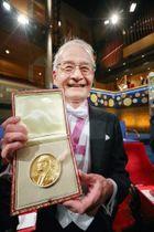 ノーベル化学賞のメダルを手に笑顔の吉野彰・旭化成名誉フェロー=10日、ストックホルムのコンサートホール(代表撮影・共同)