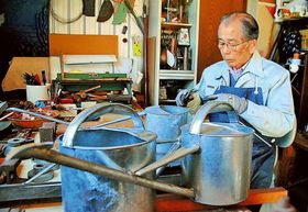 注染染め用のやかんを作る永田良平さん=浜松市東区