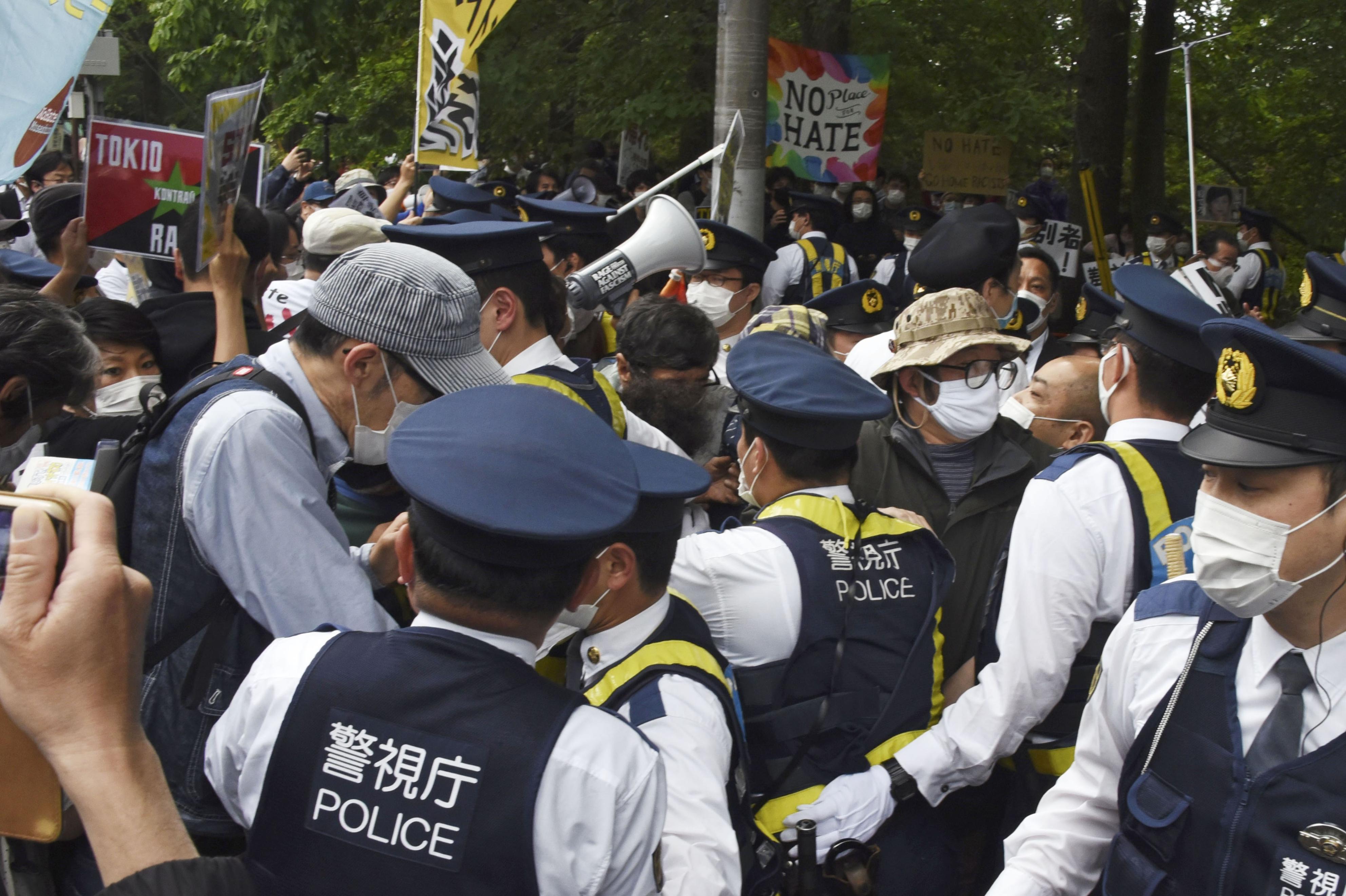 北朝鮮排斥を主張する団体の街頭宣伝に抗議する市民らで騒然とする朝鮮大学校前=10日午前、東京都小平市