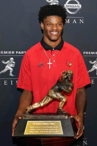 全米最優秀選手に贈られる「ハイズマン賞」を獲得したルイビル大の2年生QBジャクソン(AP=共同)