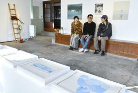 「アーティスト・イン・レジデンス須崎」に参加した県外作家3人(須崎市の「すさきまちかどギャラリー」)