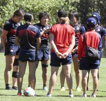 練習でチームメートに声を掛ける中村主将(左から3人目)=18日、サンフランシスコ郊外(共同)