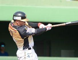 5回、栃木GBのルーカスが左前に2点適時打を放つ=清原球場