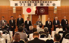 定期大会で選出され、あいさつする北村誠吾新会長(中央)ら新役員=長崎市内のホテル