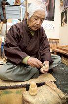 地蔵を彫る古木忠夫さん=浜松市浜北区