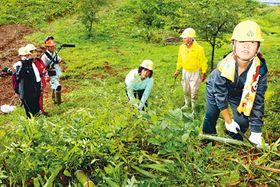 部員が竹を切る様子を撮影した