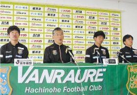 ホーム開幕戦を前に会見する(左から)近石哲平選手、大石監督、須藤選手、秋吉泰佑選手