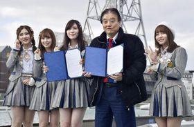名古屋市の繁華街・栄地区で開かれた連携協定の締結式で、河村たかし市長(右から2人目)と写真に納まる松井珠理奈さん(中央)らSKE48のメンバー=24日午後