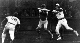 近鉄との日本シリーズ第7戦、九回裏1死満塁で石渡茂(右)のスクイズを外した江夏(左)。三塁走者は挟殺、続いて三振に打ち取り、カープは初の日本一を決めた。捕手水沼四郎(1979年11月4日、大阪球場