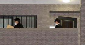 河井夫妻の自宅マンションの家宅捜索を終え、段ボールで押収物を運び出す捜査員たち(15日午後8時2分、広島市安佐南区)