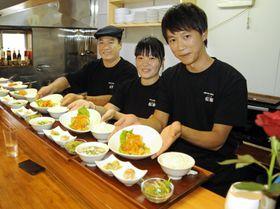 創作中華と和食の店「桜華」を開業した(右から)施小龍さん、妻の松本綾香さん、父親の施傳枝さん