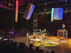 松江市で開かれた目が見えにくい人と見える人が一緒に踊るダンス公演「ハコニワ」=19日