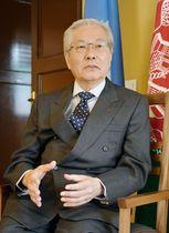 アフガニスタン・カブールでインタビューに応じる国連アフガニスタン支援団の山本忠通代表(共同)