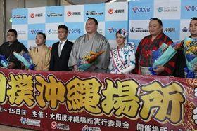 歓迎を受ける横綱白鵬(左から4人目)ら=13日、那覇空港