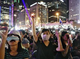 抗議活動に参加する市民ら=19日、香港(共同)