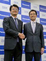 協業を発表したパナソニックの樋口泰行専務執行役員(右)と日本IBMの山口明夫社長=15日、大阪市