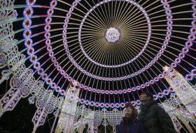 阪神大震災の記憶を伝え、犠牲者を鎮魂する光の祭典「神戸ルミナリエ」が開幕し、鮮やかに浮かび上がるイルミネーション=6日夜、神戸市