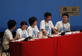 初優勝を決めて喜ぶ徳山(山口)のメンバー=19日午後、松山市の市総合コミュニティセンター
