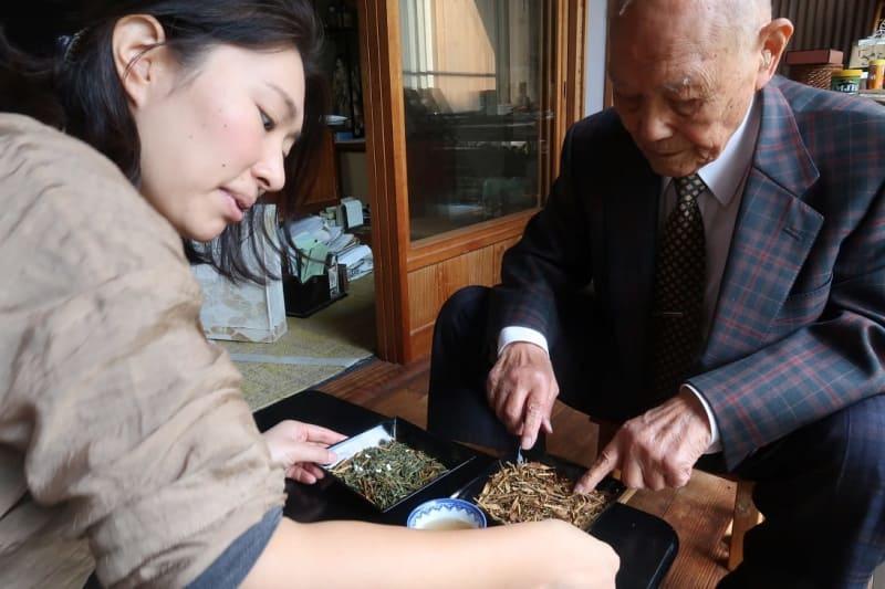 商品を確かめるリコッタ瑠美さん(左)と祖父=島根県津和野町