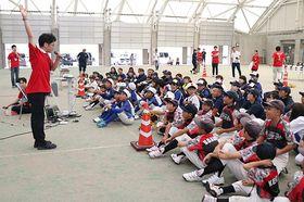 東洋大の学生(左)によるクイズ大会を楽しむ子どもたちと選手=桃山球場