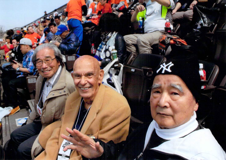 関学大とプリンストン大の試合を観戦する鈴木智之さん(右)。中央は鈴木さんと一緒に殿堂入りしたチャック・ミルズさん=写真提供:丹生恭治さん、2015年3月21日・キンチョウスタジアム