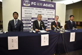 Jリーグ参入を目指すFC延岡AGATAの桑原英一社長(左から2人目)ら