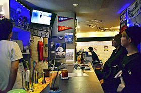 イチロー外野手のプレーに熱い視線を送るファンら=福島市・スポーツバーファントム