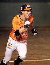 【愛媛MP―徳島】ダブルヘッダー第2試合の7回裏愛媛MP1死満塁、右前にサヨナラ打を放った潤米=東予球場