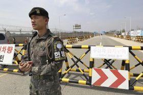 南北首脳会談を控え、会場の板門店へ通じる道路を警備する韓国軍の兵士=26日、韓国・坡州(共同)
