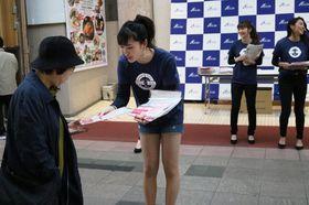 ピンクリボン運動のパンフレットを配るファイナリスト=長崎市浜町